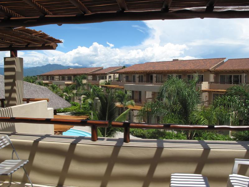 Grande terraço para relaxar oferece bela vista