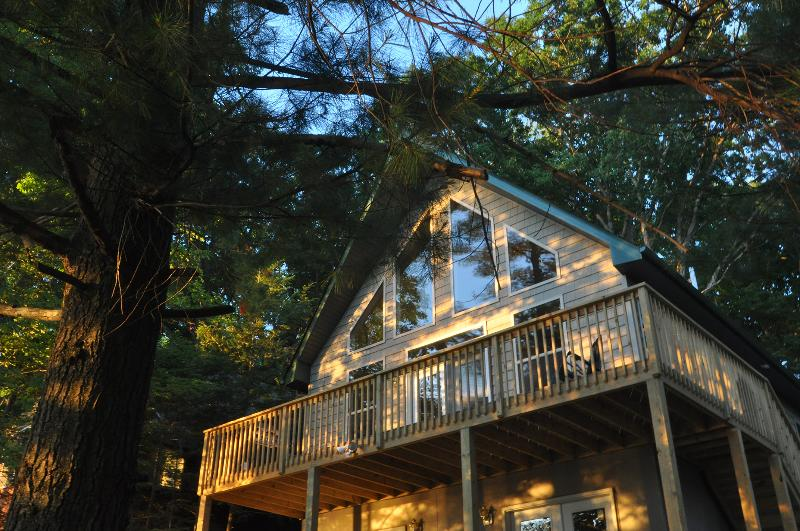 WALLENPAUPACK LAKEFRONT Chalet - Amazing Sunsets Best Location-Dock - Central AC, holiday rental in Honesdale