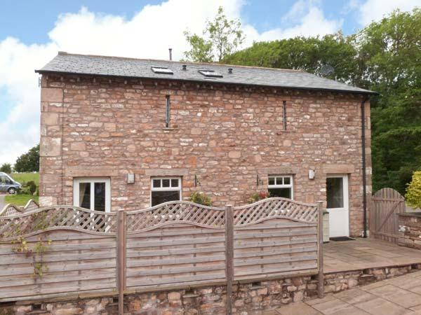 HAY BARN, WiFi, en-suite bedrooms, rural location, detached cottage near, vacation rental in Wennington
