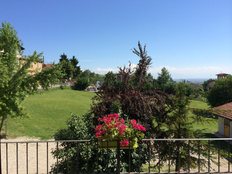 The Green Guesthouse Langhe Barolo Apartment Villa, holiday rental in Castiglione Falletto