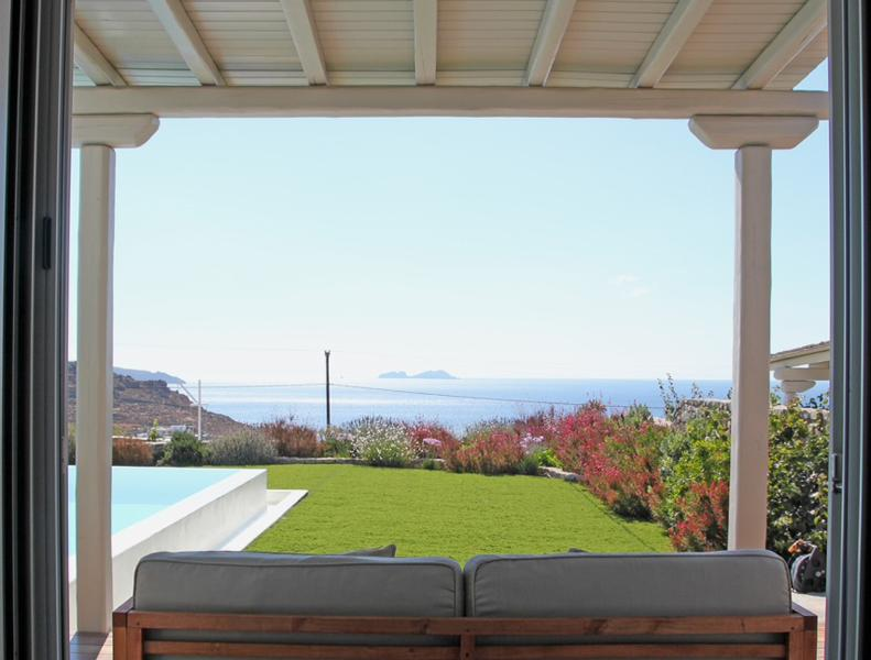 Enjoy the sea view, the heated pool, the serenity...