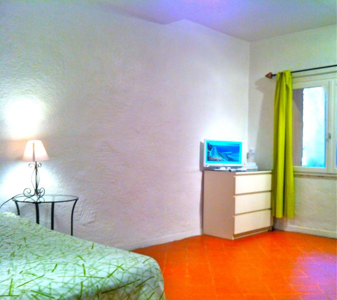 Aix-en-Provence studio apartment with international satellite TV and wi-fi, conveniently located for museums and historical sights, alquiler de vacaciones en Aix-en-Provence