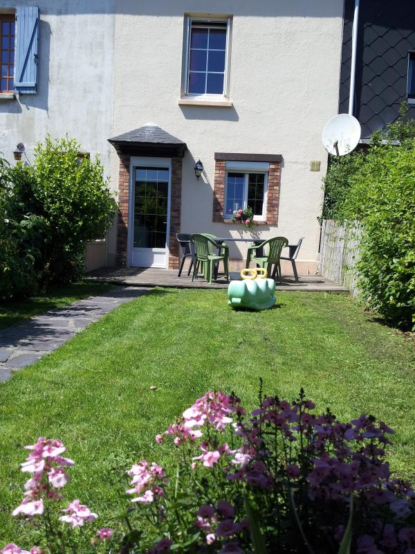 walled garden of 100 m 2 with barbecue, parasol