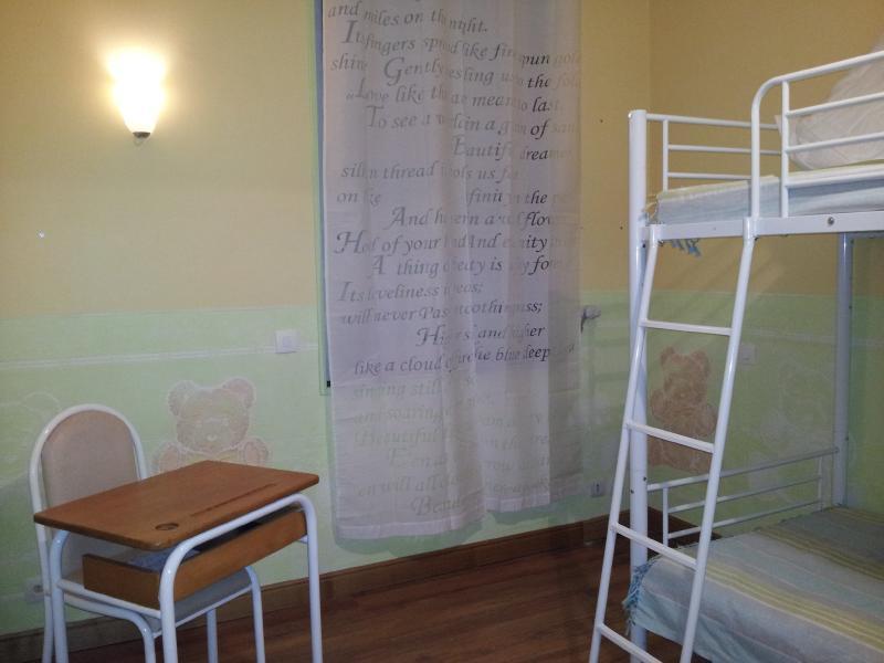 chambre au premier étage avec 2 lits 90*190 et de nombreux jouets