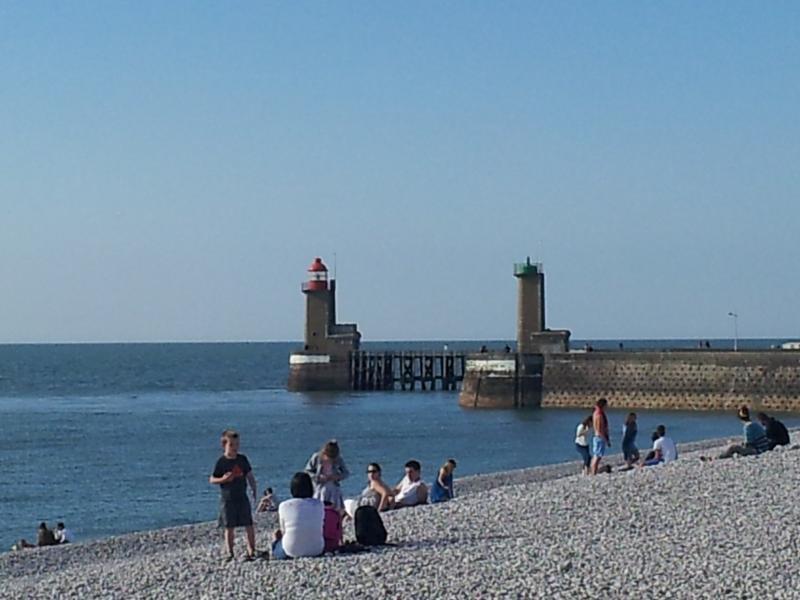 L'entrée au port de Fécamp vue de la plage (à10kms)