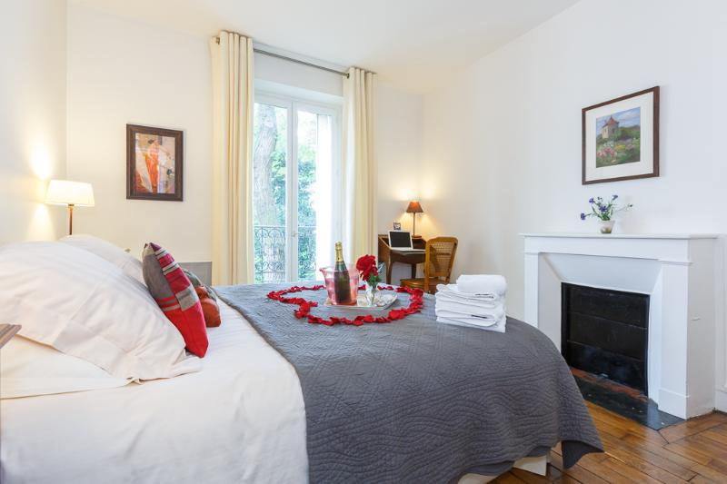 camera da letto luminosa e accogliente
