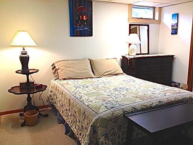 La chambre a un lit Queen-Size, deux commodes, deux tables de bagages et un placard complète.