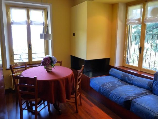 Sala de estar/comedor/cocina con completo HD LCD TV, Hi-Fi, alta fidelidad sistema, sofá, mesa y sillas