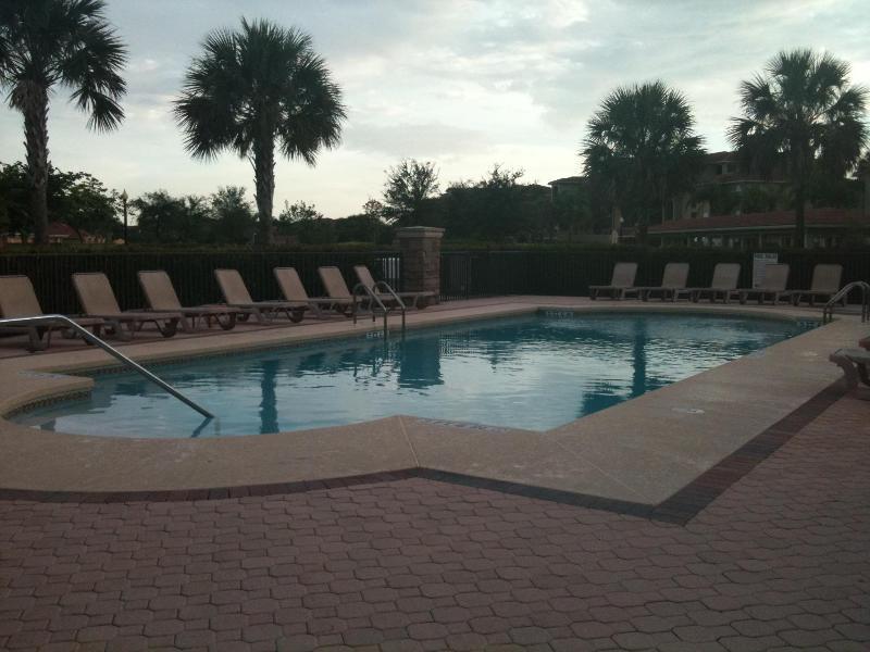 Satellite piscine directement en face de Condo