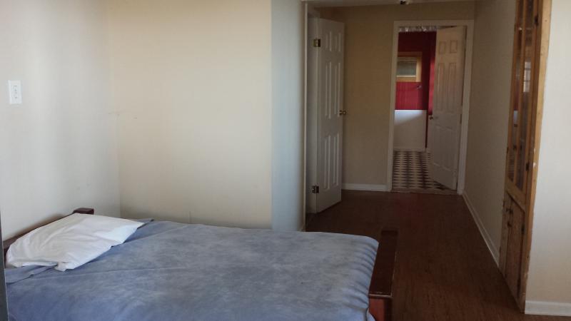 Troisième chambre avec salle de bain et laveuse et sécheuse aussi