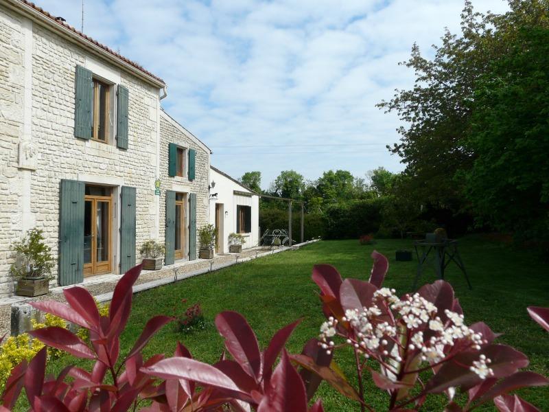 Gîte du Crin Blanc à Surgères Charente-Maritime, holiday rental in Genouille