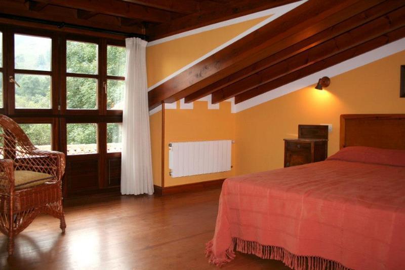 Habitación abuhardillada con 1 cama matrimonial