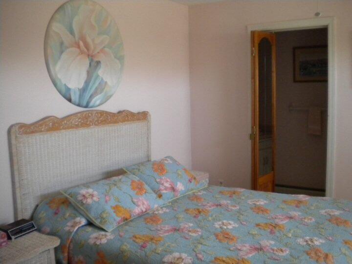 Queen-säng och enkelsäng med halv bad