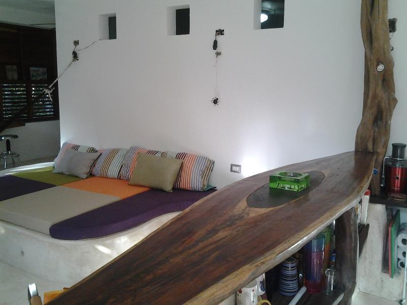 Bar en forme de table de surf
