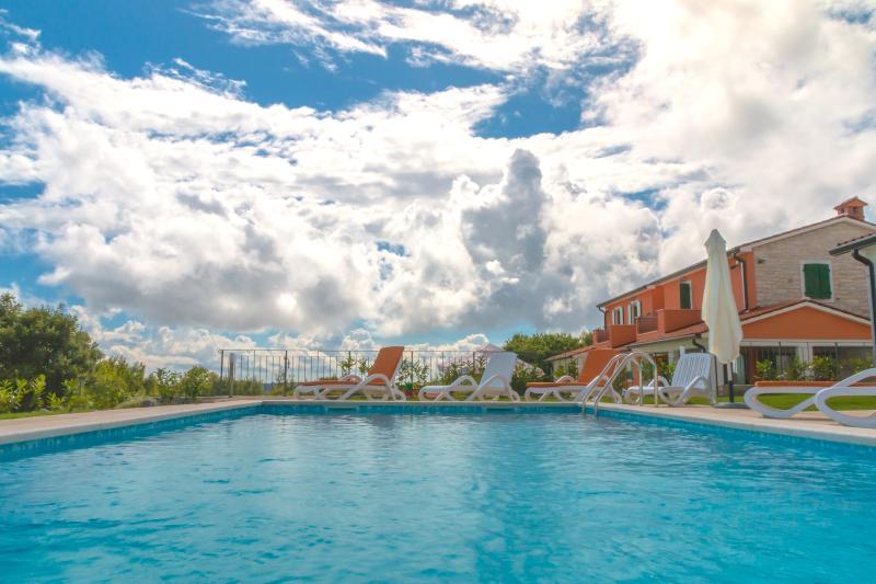 apartments with pool & garden  in istrian villas, alquiler vacacional en Labin