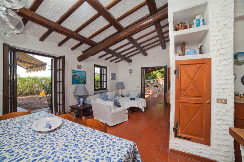 Soggiorno doppio, sala da pranzo con vista sul patio e aria condizionata e camino