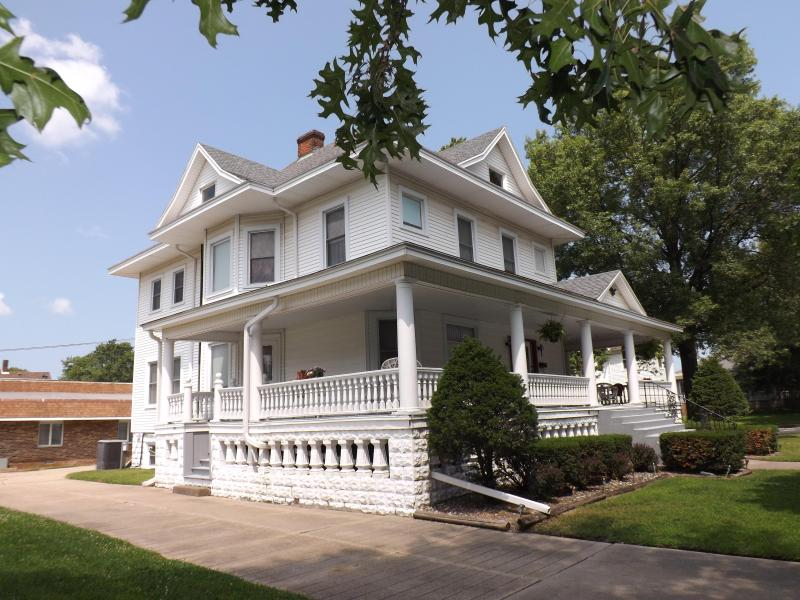The Memory Manor - Huge Beautiful Victorian Home, vacation rental in Watseka