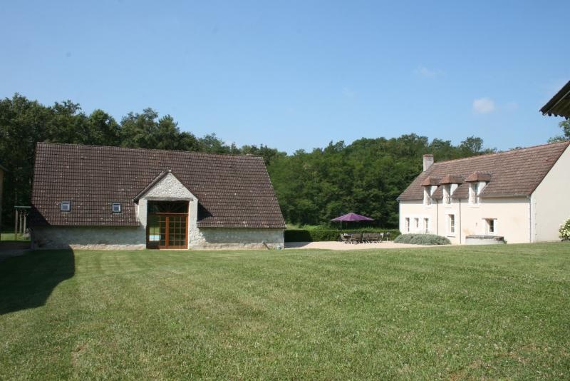 vieuw on arrival the main house and the barn : 2 houses for 12 people and swimming pool at the back