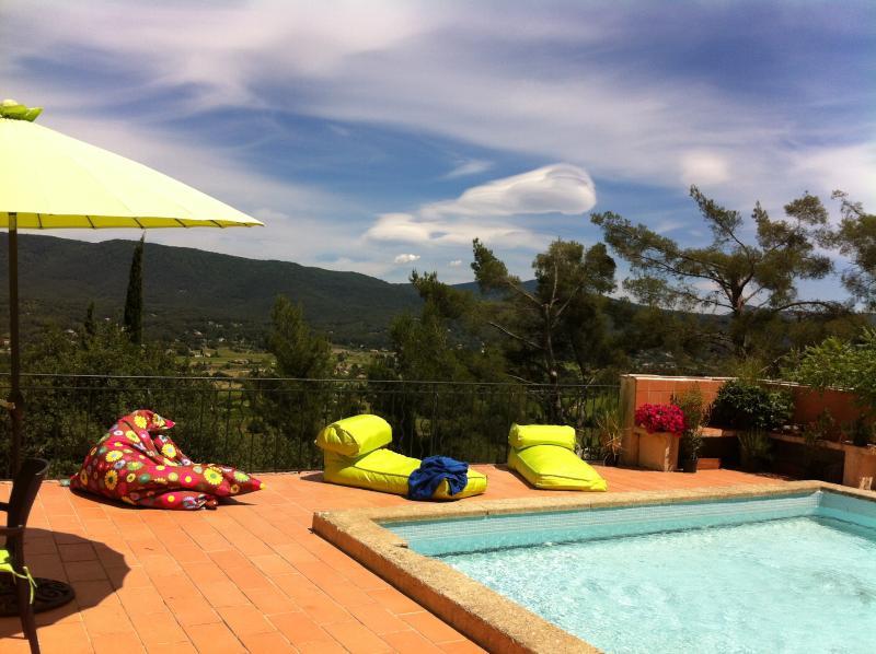 Piscine à partager, terrasse solarium, table de ping pong, terrain de boules