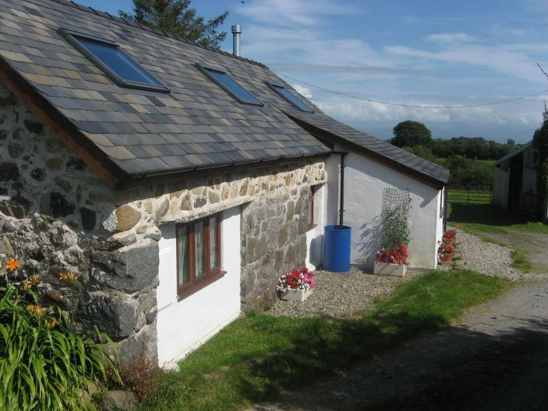 Little Ducks Cottage on small peaceful organic farm near Criccieth and Pwllheli, holiday rental in Dolbenmaen