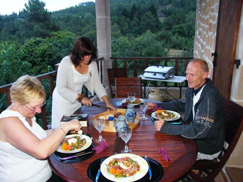 cena con un excursionista ...