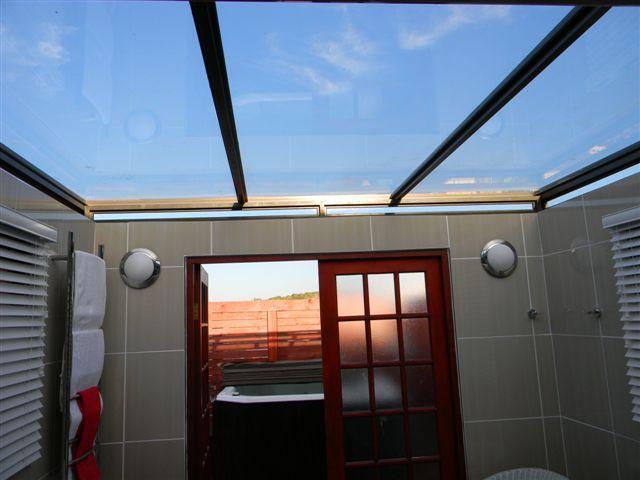 Glasdach Badezimmer führt, um Luft Whirlpool