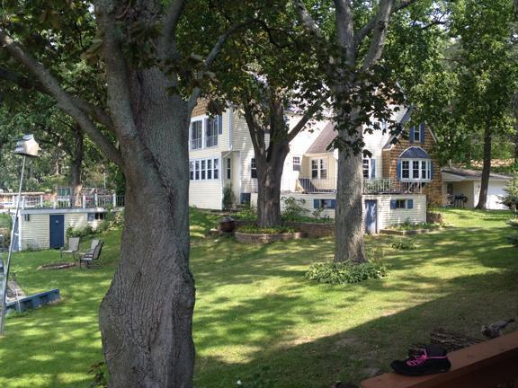 vista lateral de la casa y jardín