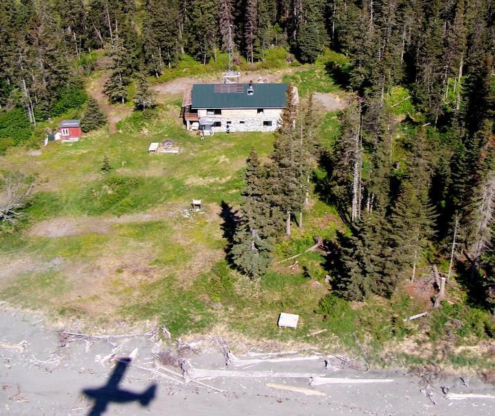 Avion atterrit sur la plage en face du Lodge.