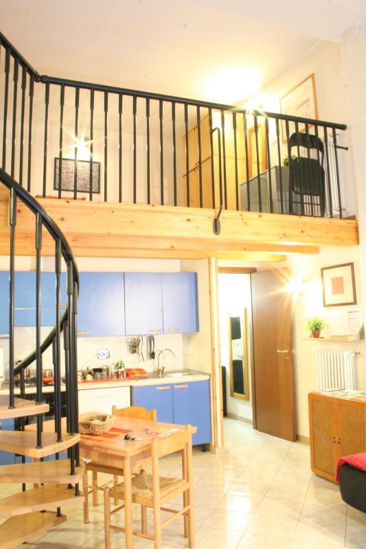 Ganze Wohnung ist hier: Leben mit Küchenbereich, Treppen und Schlafzimmer 1 Stock