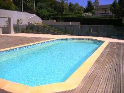 Ein weiterer Blick auf den ruhigen Pool-Bereich.