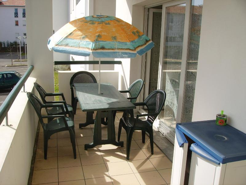 HENDAYE PLAGE T2 NEUF ENSOLEILLE TERRASSE PARKING WIFI CHEQUES VACANCES ACCEPTES, holiday rental in Hendaye