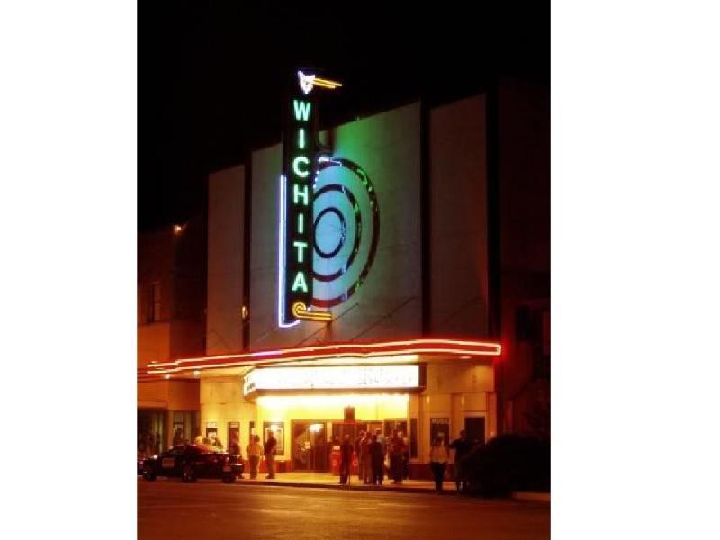 Dos teatros Centro: www.wichitatheatre.com/ & backdoortheatre.org
