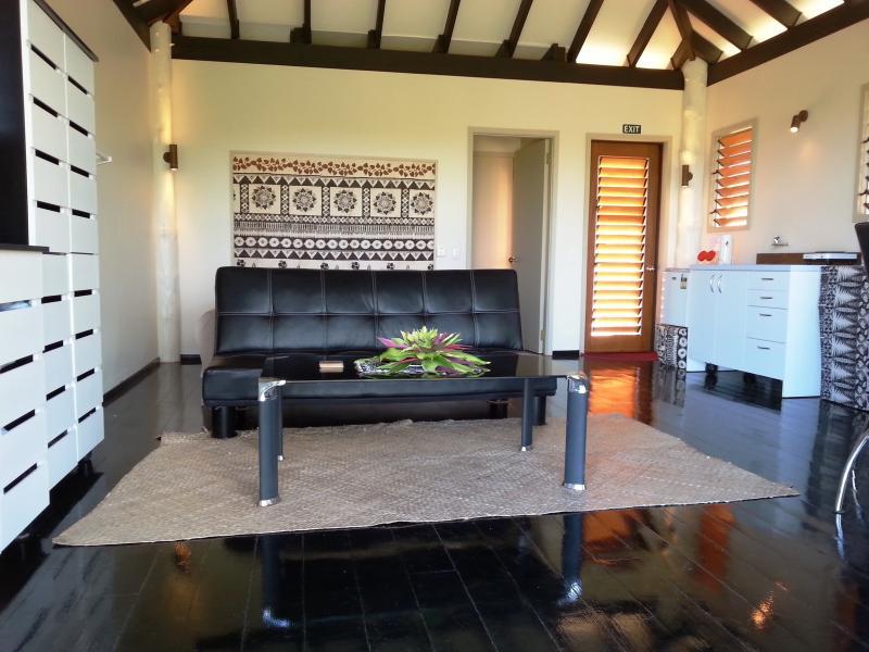 Bienvenido a tu habitación. Doble acceso a la terraza y playa o instalaciones. Privado madera-persianas.