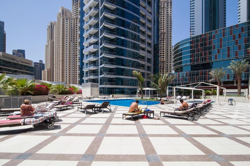 Piscina coberta - com piscinas adulto e crianças, jacuzzi e terraço para banhos de sol com espreguiçadeiras, mesas e guarda-sóis
