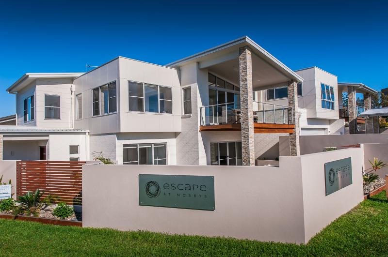 Escape at Nobbys - Beach Houses - across the road from Nobbys Beach