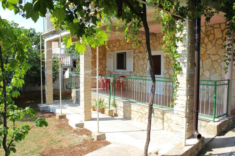 Sea and sun with terrace and garden, vacation rental in Pirovac