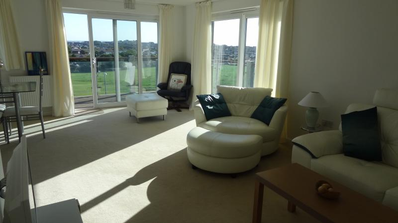 Modern 2 bed apartment, amazing views over looking the park minutes to seafront, vacation rental in Eastbourne