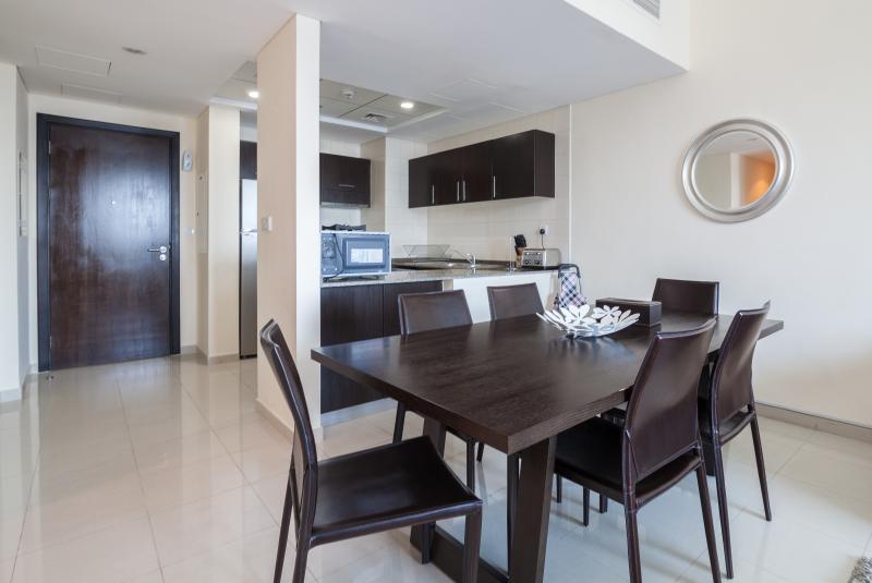 Área de refeições com capacidade para até 8 convidados.