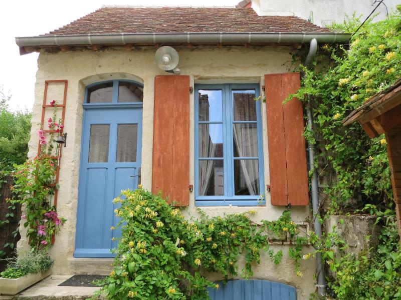 La façade et ses boiseries peintes au 'bleu de charrette' et à l'ocre naturelle rouge