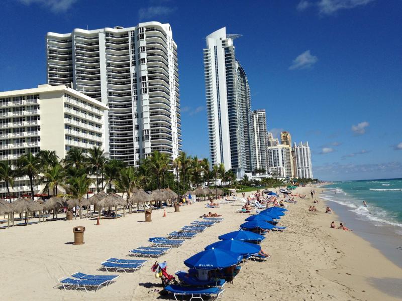 La Perla biedt strand-service - parasols, stoelen en handdoeken.