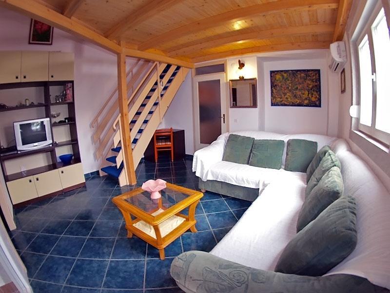 '291' Apartment for 8 people, vacation rental in Cervar Porat
