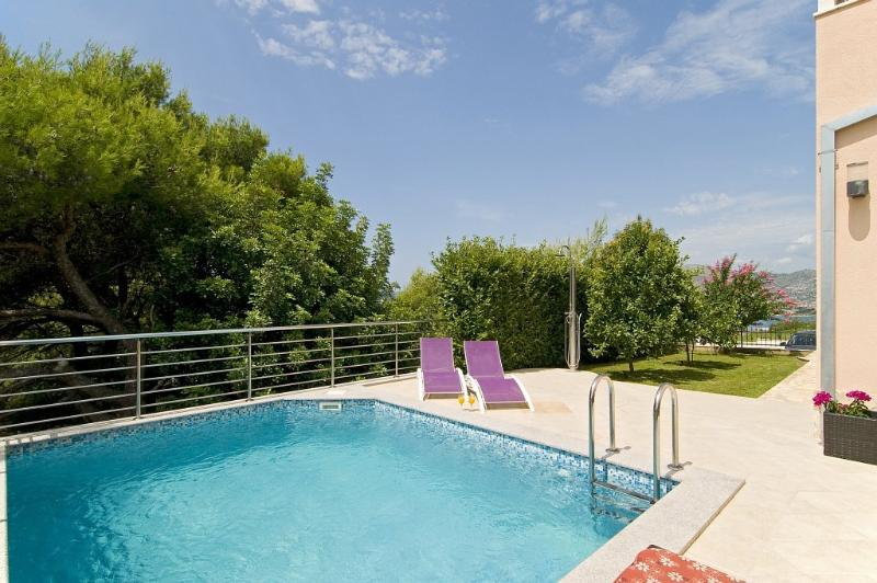 Luxury Villa with heated pool and incredible view, vacation rental in Okrug Gornji