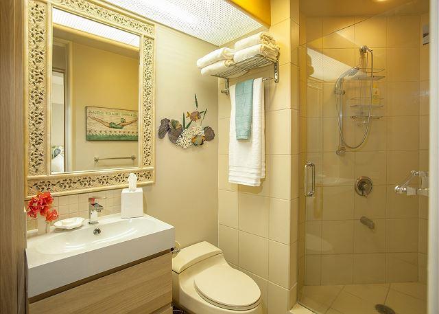 Palms at Wailea #1503 Guest Bathroom