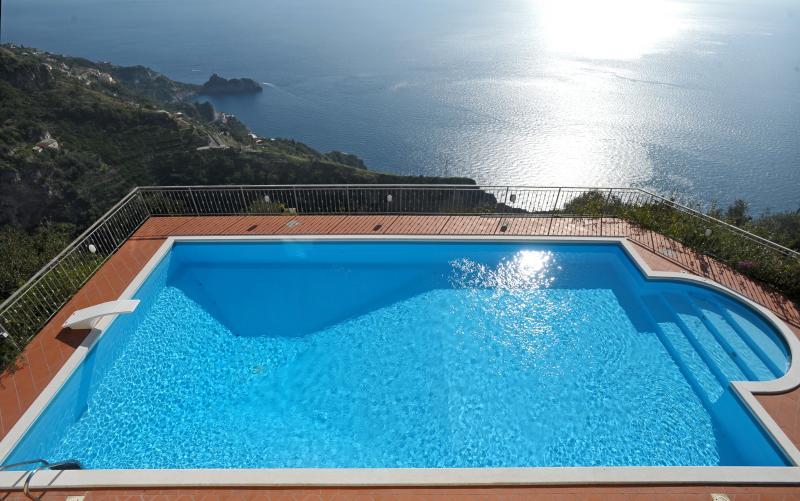 Grande, belle piscine avec une vue superbe sur la côte