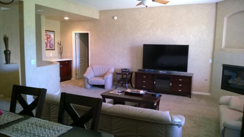 Ruime woonkamer met 65' HD TV