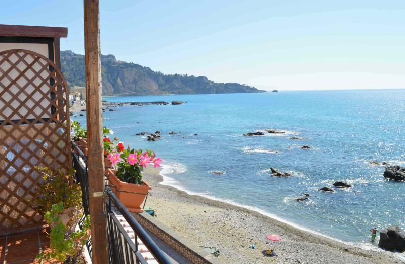3 recensioni e 13 foto per b b teocle holiday beach rooms close to sea aggiornato al 2019 - B b giardini naxos lungomare ...