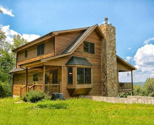 Large Secluded Mountain Cabin on Acreage, Nice Views, Fire Pit, on Edge of Gorge, holiday rental in Linville Falls