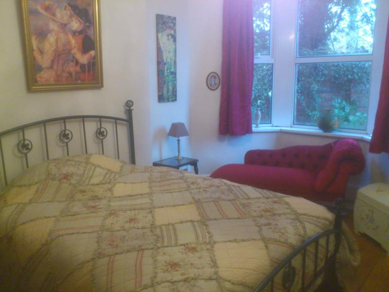 double room bed and breakfast, holiday rental in Cardiff