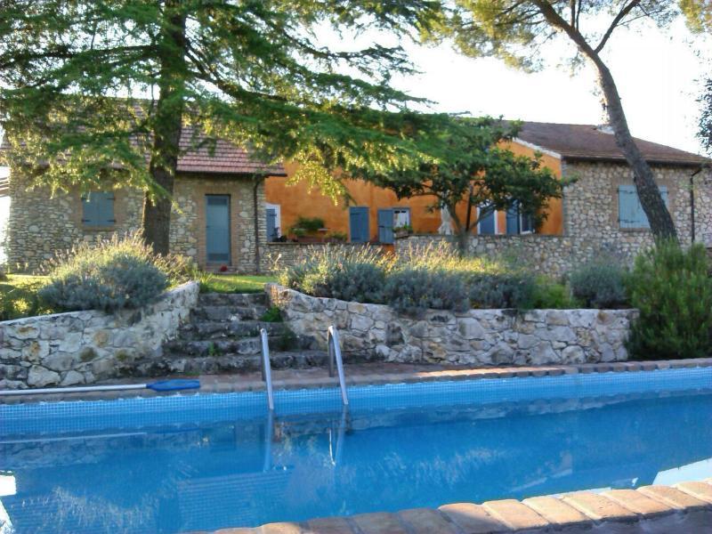 piscina al centro dei due casali