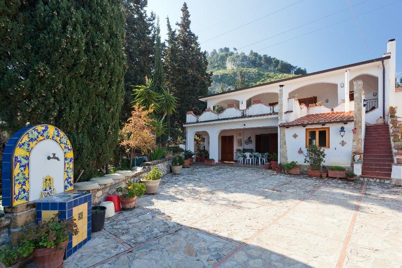 Stunning Villa With Panoramic Sea view, location de vacances à Ciminna